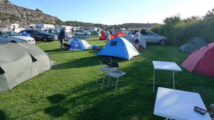 Fredagseftermiddag och alltfler dyker upp med tält och kajaker